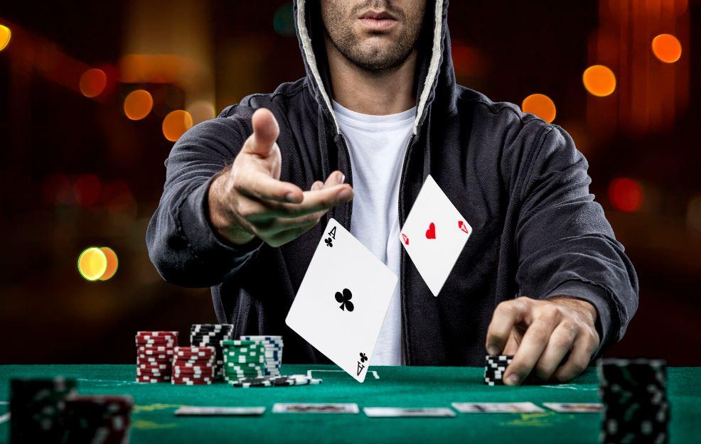 Poker Spieler wirft Karten